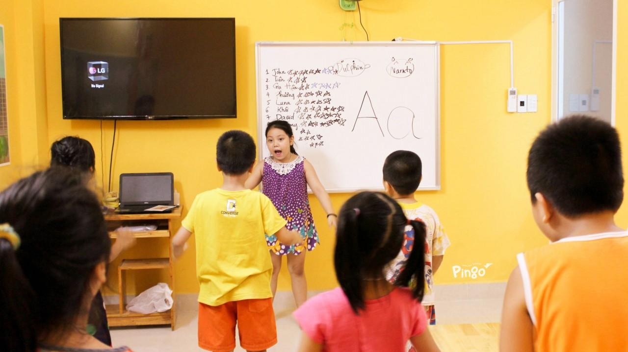 """Trẻ con luôn rất thích được làm """"thầy giáo"""", """"cô giáo"""""""